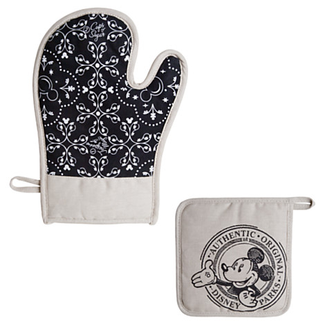 Gourme Mickey Potholder and Oven Mitt Set via 2 Miss Mouses